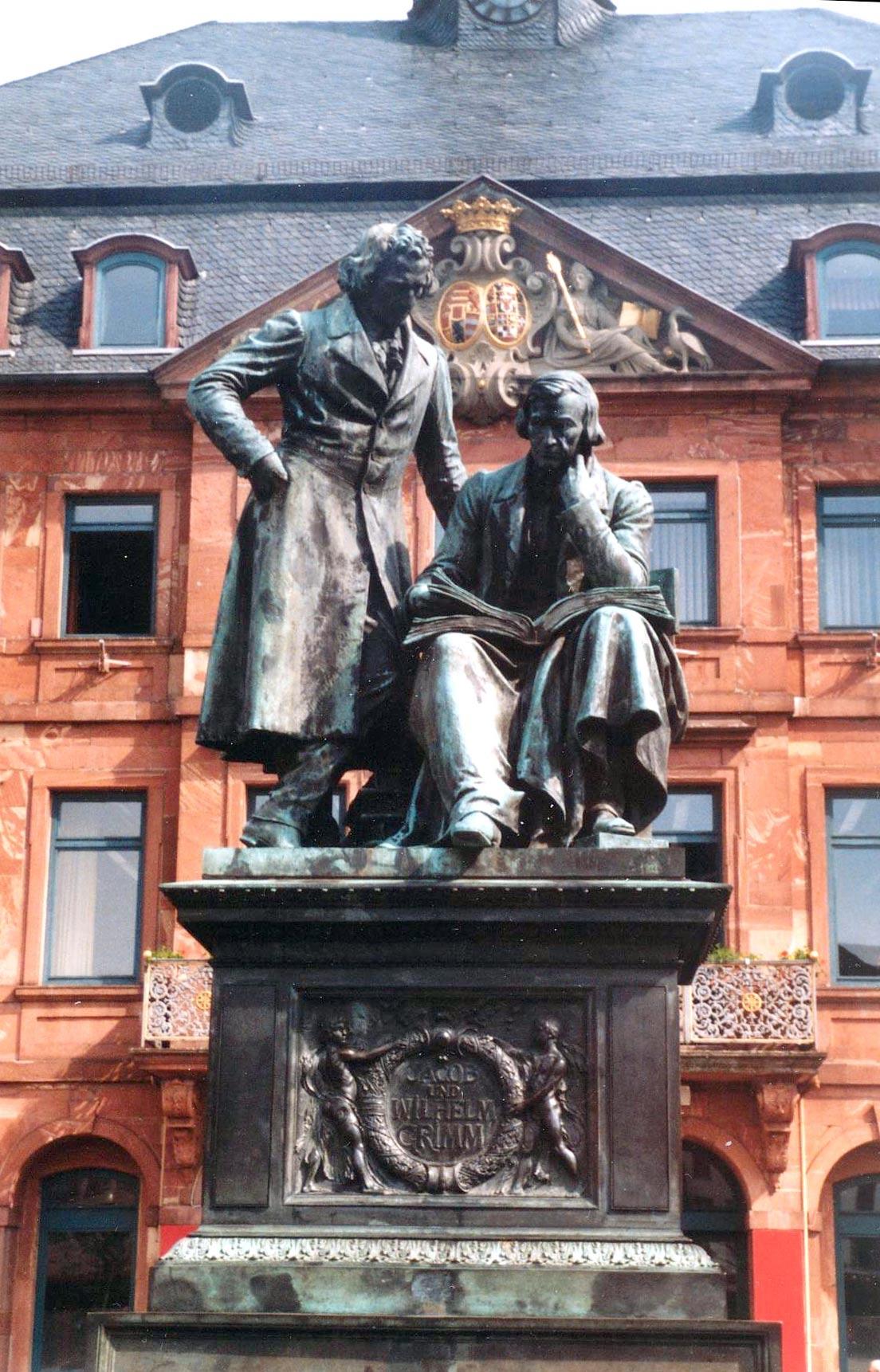 Quiénes eran los hermanos Grimm - estatua